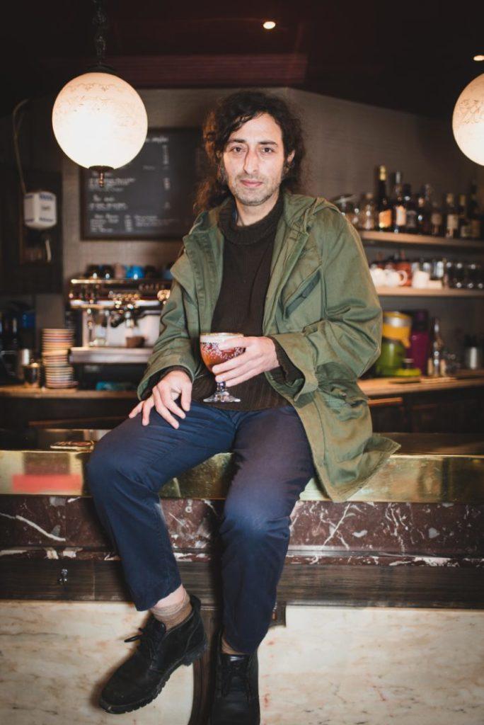 Portrait photo d'Ali Reza Karimi (Iran), 41 ans, dans un bar de Villejuif (94)